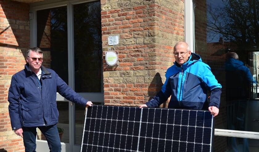 <p>Henk Swijnenburg (links) en Cisco de Bruijn van de Duurzaamheidscommissie, zijn blij met de bijdrage die de kerk levert aan CO2-reductie.&nbsp;</p>