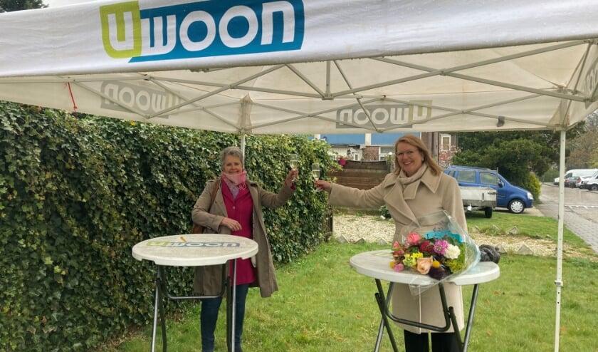 UWOON-directeur Fleur Imming (rechts) en Trebbe directeur Antje de Groot-Schuttert (links) ondertekenen de aannemingsovereenkomst voor de realisatie van 78 energiezuinige sociale huur- en koopwoningen.