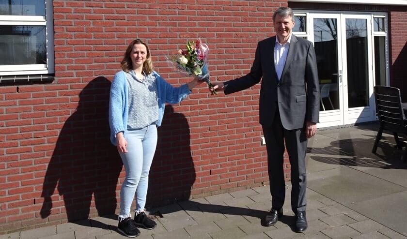 <p>Cindy van Tilburg heeft een gratis set zonnepanelen gewonnen. Ze kreeg de prijs uitgereikt door wethouder Posthouwer.</p>