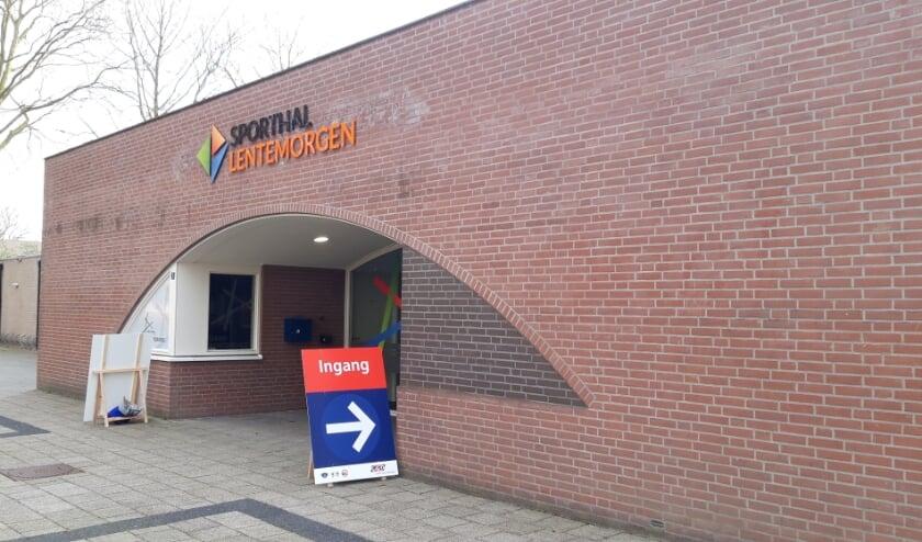 <p>De priklocatie in Sporthal Lentemorgen is sinds dinsdag 6 april geopend. De GGD roept mensen op om niet op de bonnefooi langs te komen.</p>