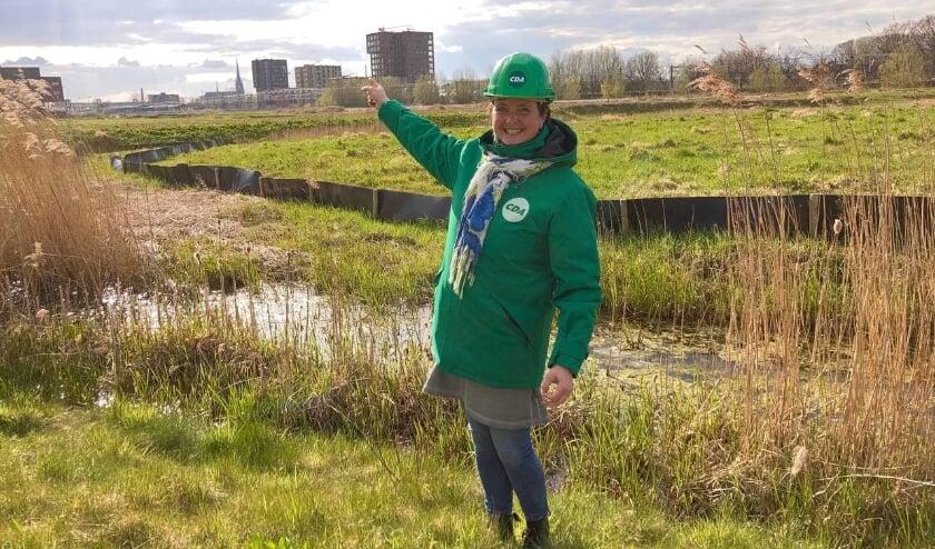 Raadslid Toos van Soest bij de woningbouwlocatie Snellerpoort