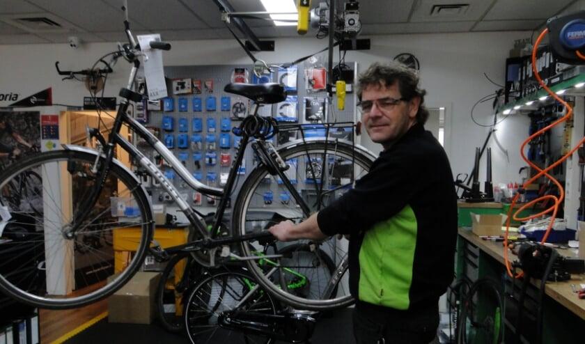 <p>Wim Reins van Bike Totaal Holten: &quot;Complete fietsen zijn moeilijk verkrijgbaar.&quot;</p>