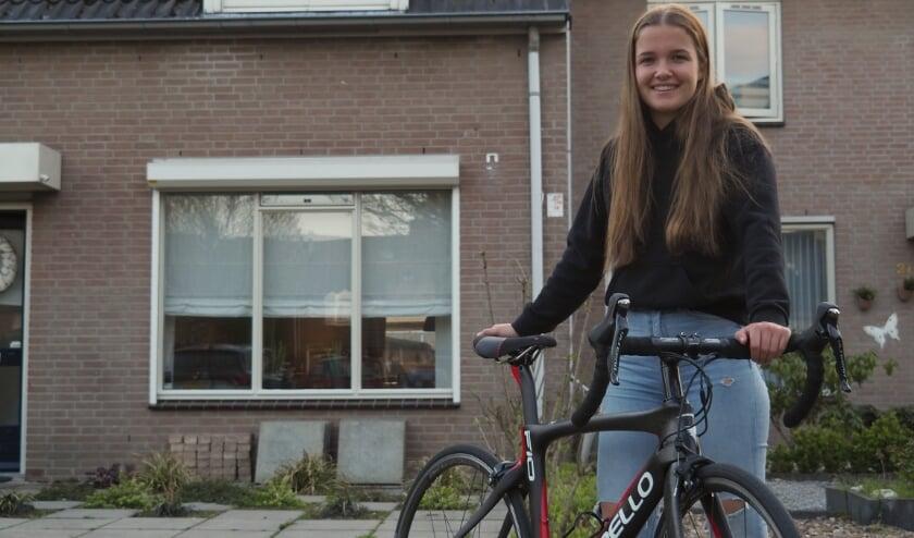 <p>Cenzy (18) met haar nieuwe wielrenfiets. &nbsp;</p>