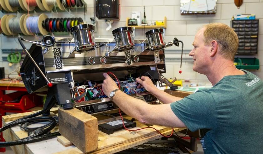 <p>Coen ten Brink aan het werk aan een nieuwe espressomachine. (Foto: Connie Sinteur).</p>