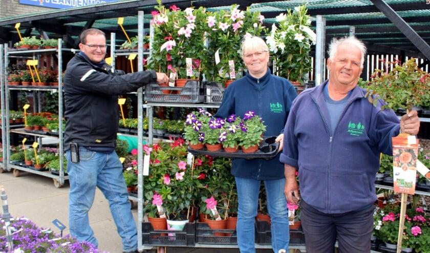 <p>Patrick, Anneke en Eef den Hertog (vlnr) in hun Plantenmarkt, het tuincentrum sluit per 1 juli de deuren.</p>