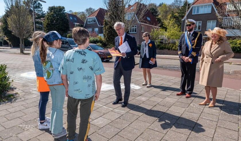 <p>Joop van Caldenborgh van Museum Voorlinden reikt de prijs uit aan Francis, Caroline en Tygo,<br>in de categorie 7 &ndash; 12 jaar &ldquo;Pompoenkoets met paard&rdquo;</p>