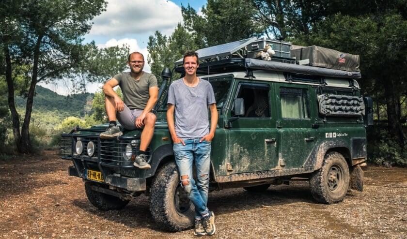 Tobias en Sven met hun Land Rover