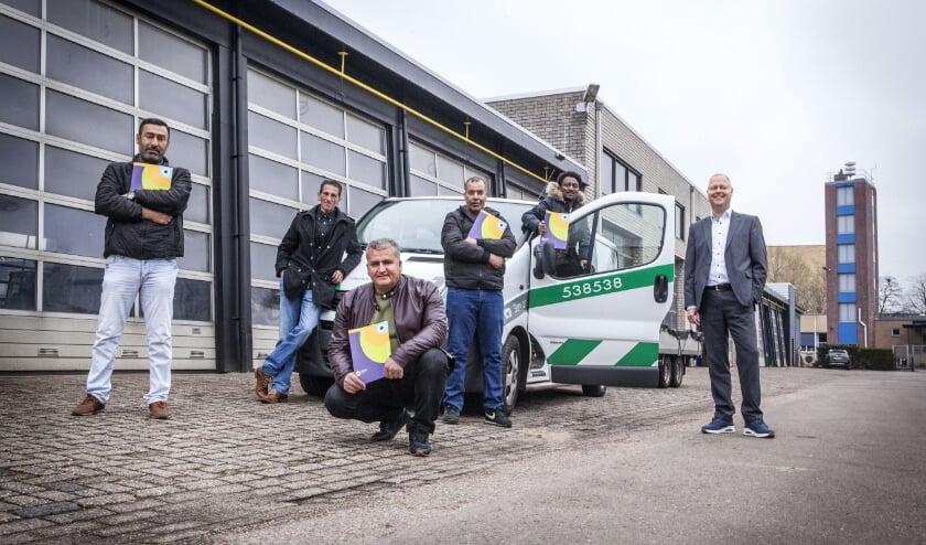<p>Ali, Abdulhamid, Habtu en Ibrahim kregen de praktijkverklaring van wethouder Engbert Stroobosscher. (Foto: Fotostudio 7 Veenendaal)</p>