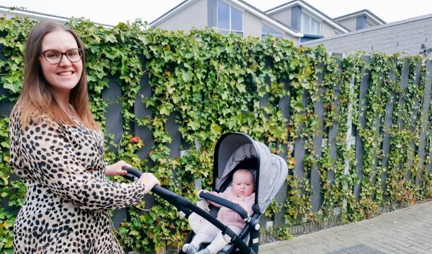 <p>Danielle van der Ploeg-Bal aan de wandel met haar dochter Noor. Ze gaat straks ook een flinke tocht maken: 50 kilometer voor het goede doel. FOTO: PR</p>