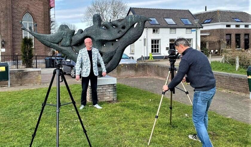 <p>Jan van den Berg filmt dichter Marcel Vaandrager voor Tour de Waal 2021, bij een &#39;hightlight&#39; in Haaften.</p>