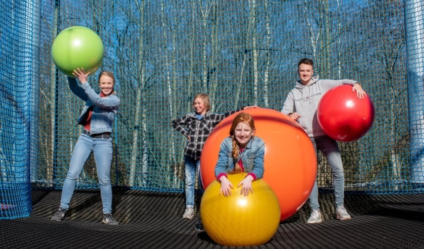 Op de verdiepingen van het Netten Adventure, variërend tussen de 6 en 8 meter hoogte, kunnen bezoekers onder meer klimmen, klauteren, springen en spelen met grote ballen.