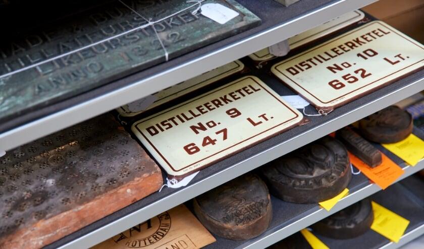<p>Voorwerpen uit de jeneverindustrie in het Kijkdepot Schiedam.</p>