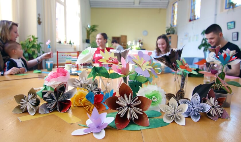 <p>De papieren bloemen voor de actie Bloemen voor de Buurt worden gemaakt.</p>