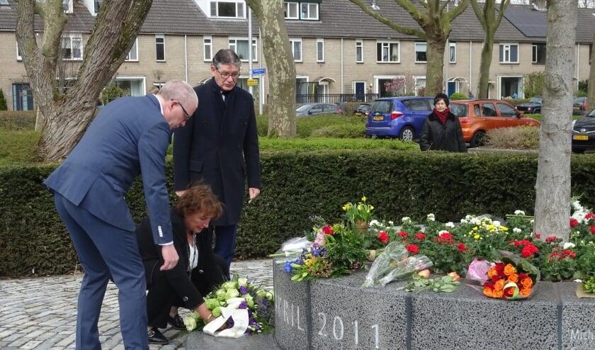 <p>Burgemeester Liesbeth Spies legt bloemen neer bij het monument.</p>