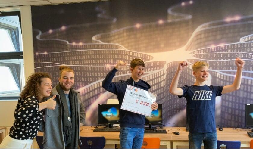 Het presentatieduo van de Hannover Messe Challenge reikt te prijs uit aan (vlnr) Johan van der Laan, Rens Gerritsen en Arnar Knol (niet op de foto)