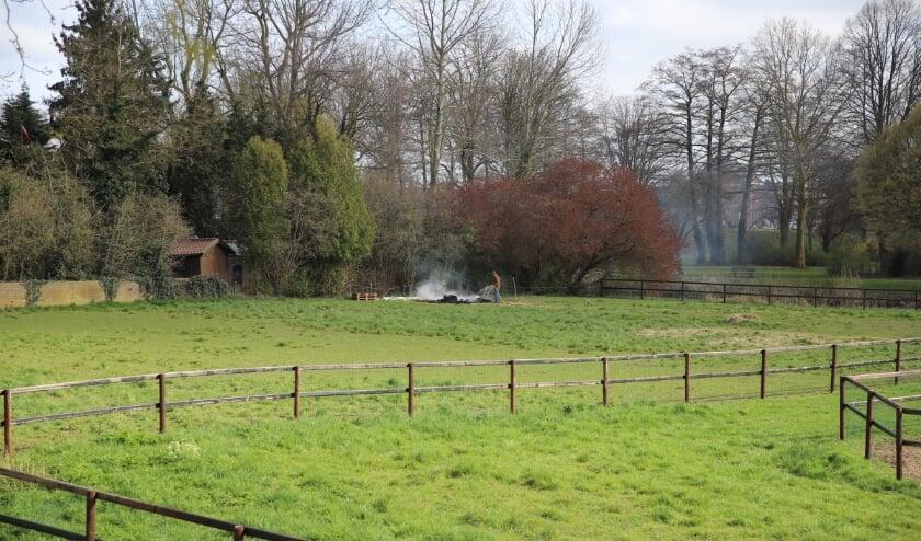 Buitenbrand geblust met tuinslang in Geldermalsen