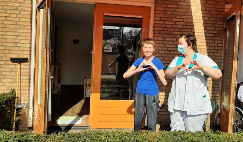 <p>Josien Segers (l) kan eindelijk weer genieten van haar terrasje, met Mandy Klarenbeek van Walstede. Gebarentaal met hartjes is niet meer nodig.</p>