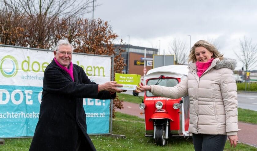 <p>Maureen Sluiter overhandigt symbolisch het eerste groene pakketje aan Hans Donderwinkel, secretaris van Bedrijvenpark Wijnbergen.</p>