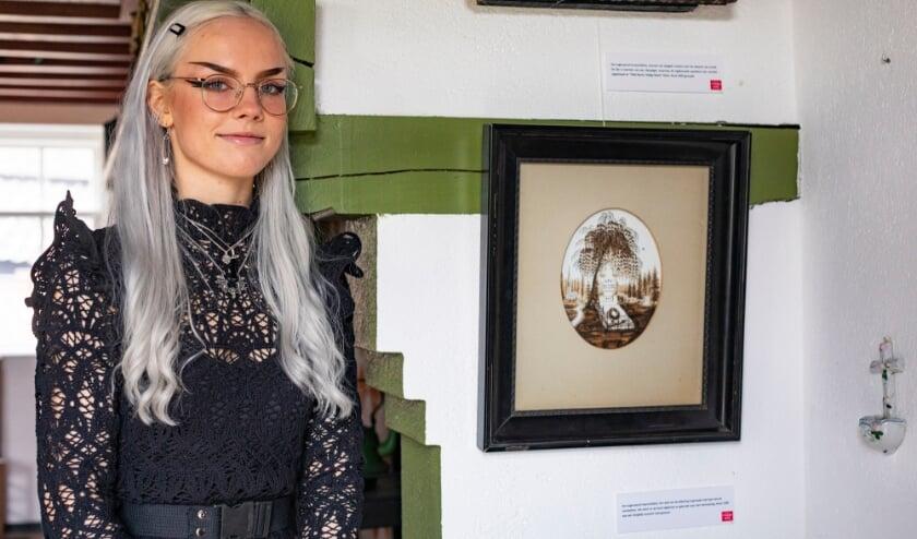 Esmée Teeuw bij haar favoriete Slotschat, het haarschilderij.