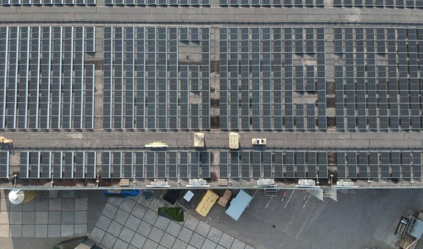 <p>Dronefoto van het dak waarop 492 zonnepanelen geplaatst zijn.</p>