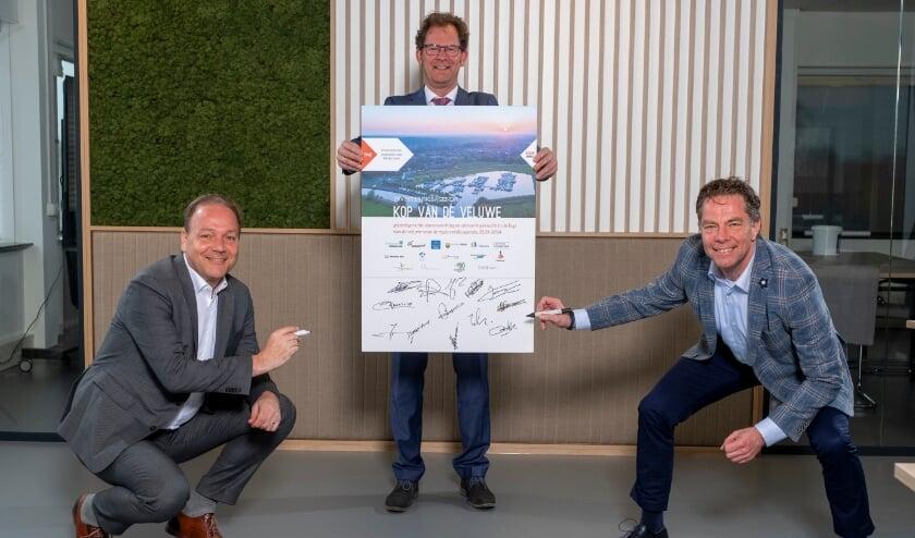 <p>Bestuurder van VNO-NCW VeluweVallei, Hans van Norel (rechts), en de voorzitter van VNO-NCW Regio Zwolle, Laurens de Lange (links), zetten hun handtekening onder de investeringsagenda van de Kop van de Veluwe. Ze doen dit in bijzijn van Wolbert Meijer (midden), bestuurlijk trekker economie van de Kop van de Veluwe en wethouder in Heerde. &nbsp;</p>