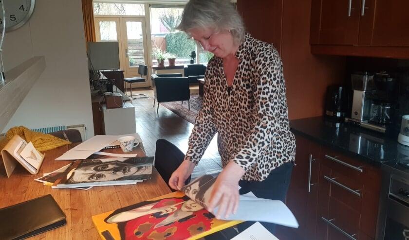 Rienkje Samshuijzen legt uit hoe de kunstenaar 'Vinger aan de wang' heeft opgebouwd. (Foto: Kees Stap)
