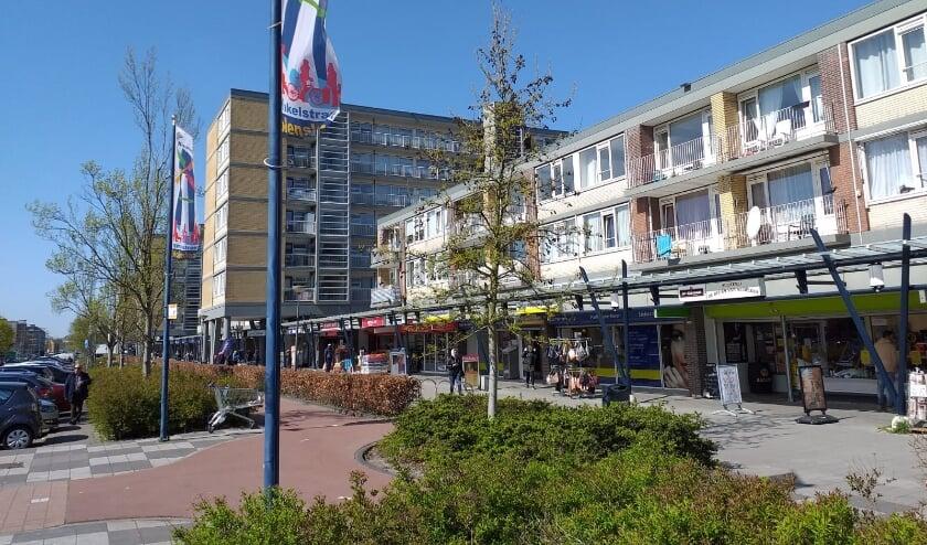 <p>De Nolenslaan is de hele week versierd, uit blijdschap dat de winkels weer ruimer geopend mogen zijn en de terrassen &#39;s middags weer open mogen zijn.</p>