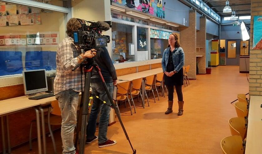 Directeur Patricia van den Broek wordt geïnterviewd.