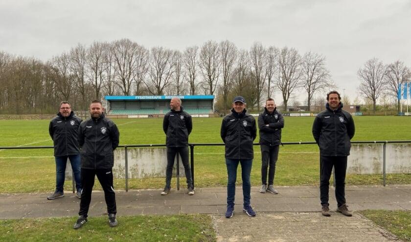 <p>Alle trainers van RKVV Waalre kregen een nieuwe jas met het nieuwe logo van de club.</p>