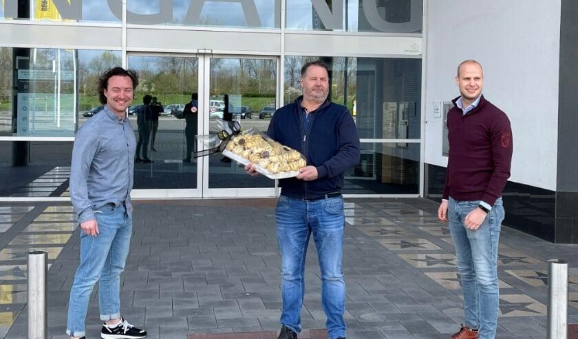 <p>Kevin Jansen, Paul Koenen en Martijn Fransen (vlnr) van Bakkerij Koenen gingen maandag de eerste broodjes afgeven bij stadion Gelredome van Vitesse.</p>