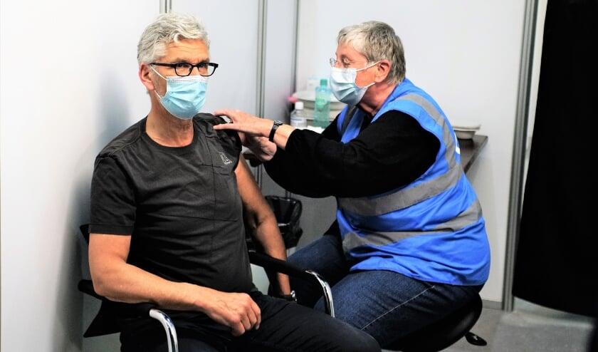 <p>Vol vertrouwen laat de heer Omtzigt zich vaccineren met het Pfizer vaccin in het Silverdome in Zoetermeer.&nbsp;</p>