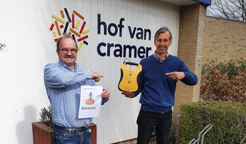 <p>De beheerder van de Hof van Cramer, Maarten Heesen, en Ton Hulsebos, sociaal werker Maatschappelijke Activering.&nbsp;&nbsp;</p>