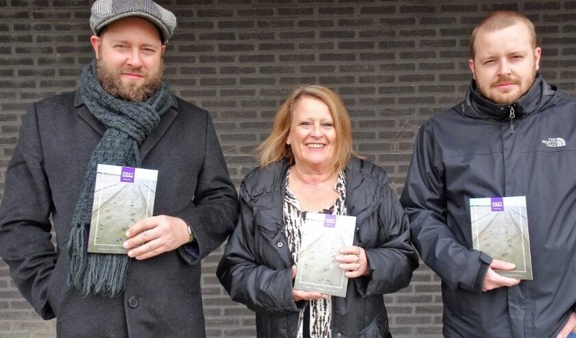 <p>Carla Klop-Osseweijer te midden van haar zoons Stefan (links) en Alex met &#39;Voetstappen&#39; het boek van echtgenoot en vader Huib Klop. Foto: Joop van der Hor</p>