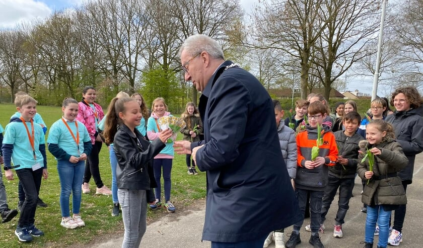 <p>Tess kreeg het jeugdlintje op donderdag 22 april uitgereikt door burgemeester Hans Ubachs.</p>