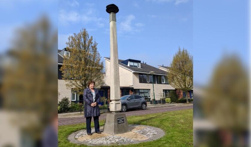 <p>Marita Damen bij het Gedenkteken 1940-1945 aan de Meeuwenlaan.</p>