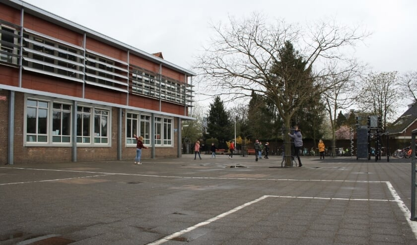 <p>De huidige stenen speelplaats van basisschool De Akker.</p>