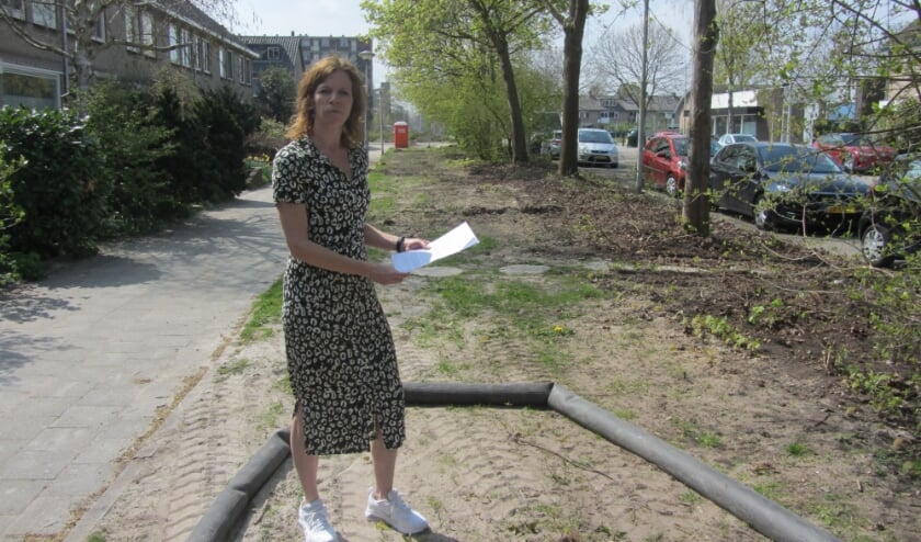 """<p>Anja van Pouderoijen: """"De bestaande groenstrook zou gehandhaafd blijven. Maar alleen de bomen staan er nog!""""</p>"""