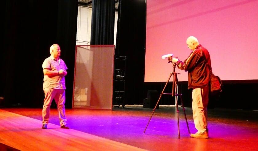 <p>Presentator Joop van der Hor (links) en videograaf Roel van Deursen zijn op zoek naar Hoogvlieters die (n)iets te vertellen hebben want iedereen heeft een interessant verhaal te vertellen.&nbsp;</p>