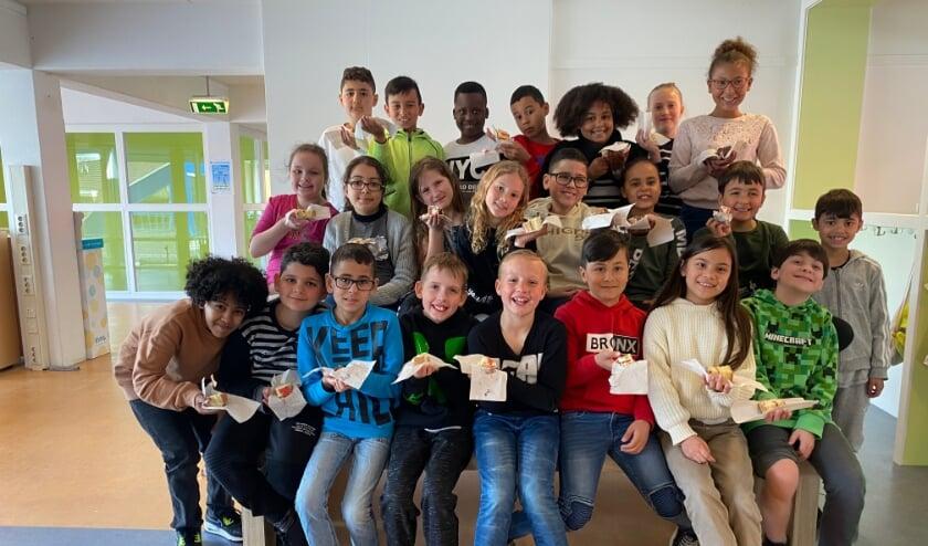 Groep 5 Kbs De Vliedberg met taart om te vieren dat ze finalist zijn!