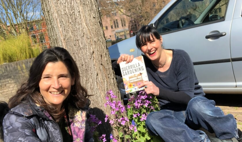 <p>Auteur Cerian van Gestel (links) overhandigde vrijdag een exemplaar van haar boek aan Carlijn Krielaars, alias &#39;De Groene Buurvrouw uit Den Bosch&#39;.&nbsp;</p>