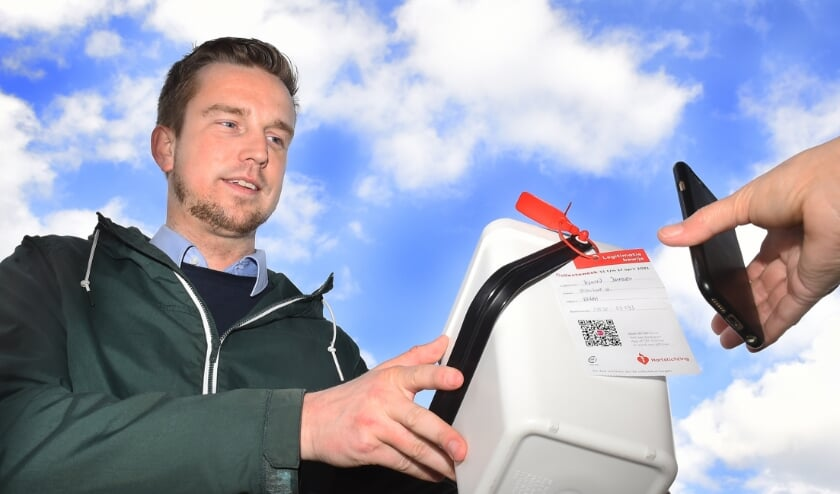 <p>Sjoerd Jansen collecteert in Etten voor de Hartstichting. Elke collectant heeft aan zijn collectebus een legitimatiebewijs met QR-code.&nbsp;</p>