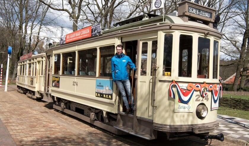 <p>Diederik Menting heeft al van jongs af aan belangstelling voor het vervoer op rails en zeker voor de tram. (foto: Ellen Koelewijn)</p>