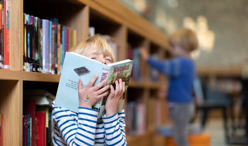 <p>Bijna een kwart van de vijftienjarigen leest zo slecht dat ze het risico lopen laaggeletterd de school te verlaten&nbsp;</p>