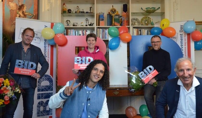 <p>Alle winnaars van de BID Positivity Awards en Ali B met in het midden achterin Mascha Struijk uit Utrecht.&nbsp;</p>