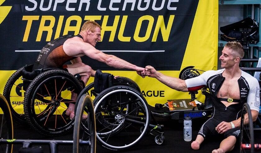 <p>Wheelchair-triatleet Geert Schipper (links) en de winnaar in deze categorie Jetze Plat. (Foto: Ben Kortman/Super League Triathlon)</p>