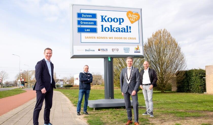 <p>V.l.n.r.: Rico Megens (Grip), Theo de Reus (MKB Duiven), burgemeester Huub Hieltjes en Peter Houthuijzen (Stichting Promotie Centrum Duiven).</p>