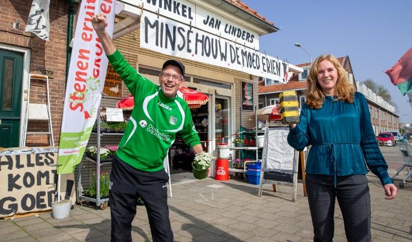 <p>Wethouder Harri&euml;t Tiemens en NEC- en Steenbreekfan Hennie Linders roepen alle Nijmegenaren op de stenen in hun tuin te vervangen door groen.&nbsp;</p>