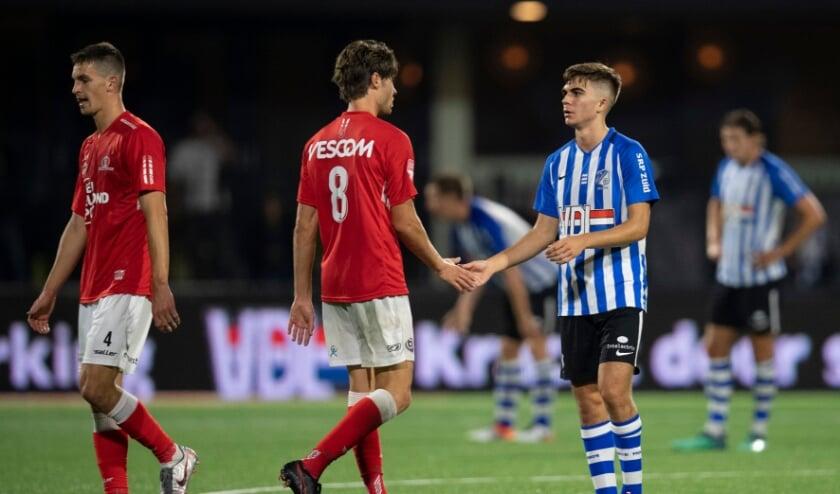 <p>Orhan Džepar schudt de hand van Iker Pozo na de remise tussen FC Eindhoven en Helmond Sport, eerder dit seizoen. (Foto: Johan Manders).</p>