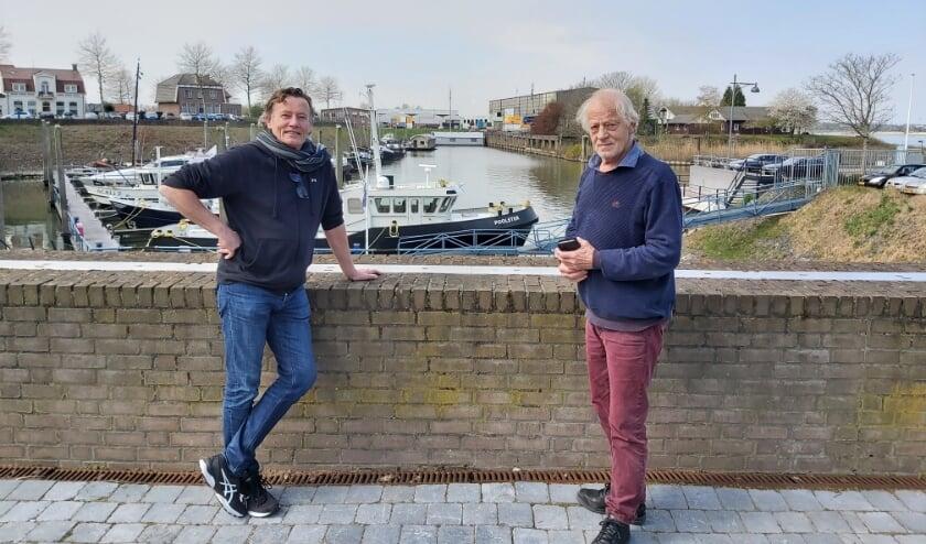 <p>Bommelaars Ad Schalkx en Paul Burgers met op de achtergrond het gebied waar de nieuwe wijk Buitenstad zal verrijzen.</p>