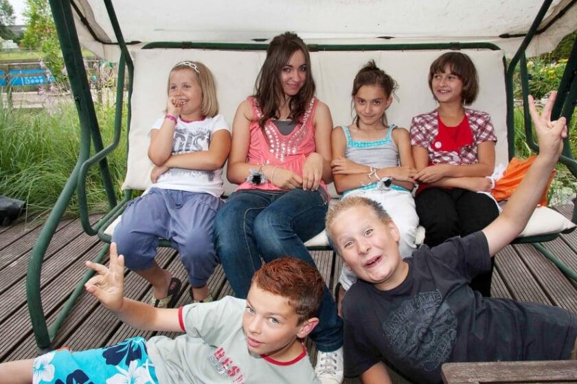 <p>Een foto van een groep Poolse kinderen die in het verleden te gast was in de Liemers op uitnodiging van de Werkgroep Duiven-Westervoort van Pax Kinderhulp.</p>